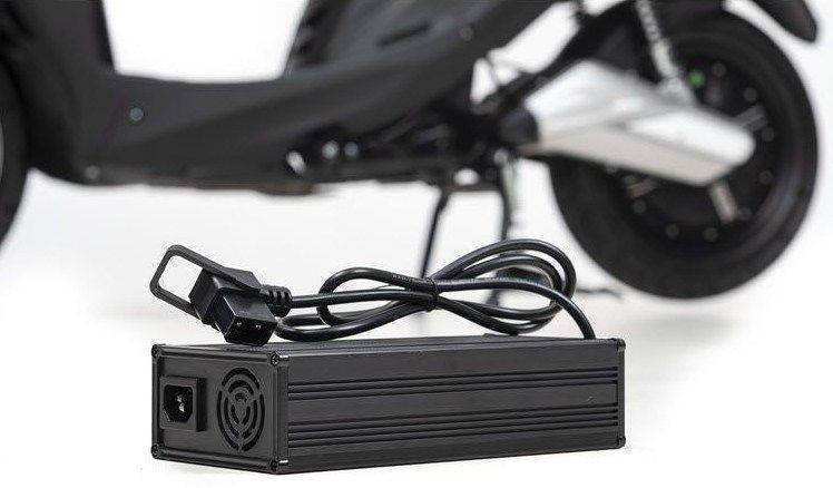 escooter-opladen-acculader-batterij.